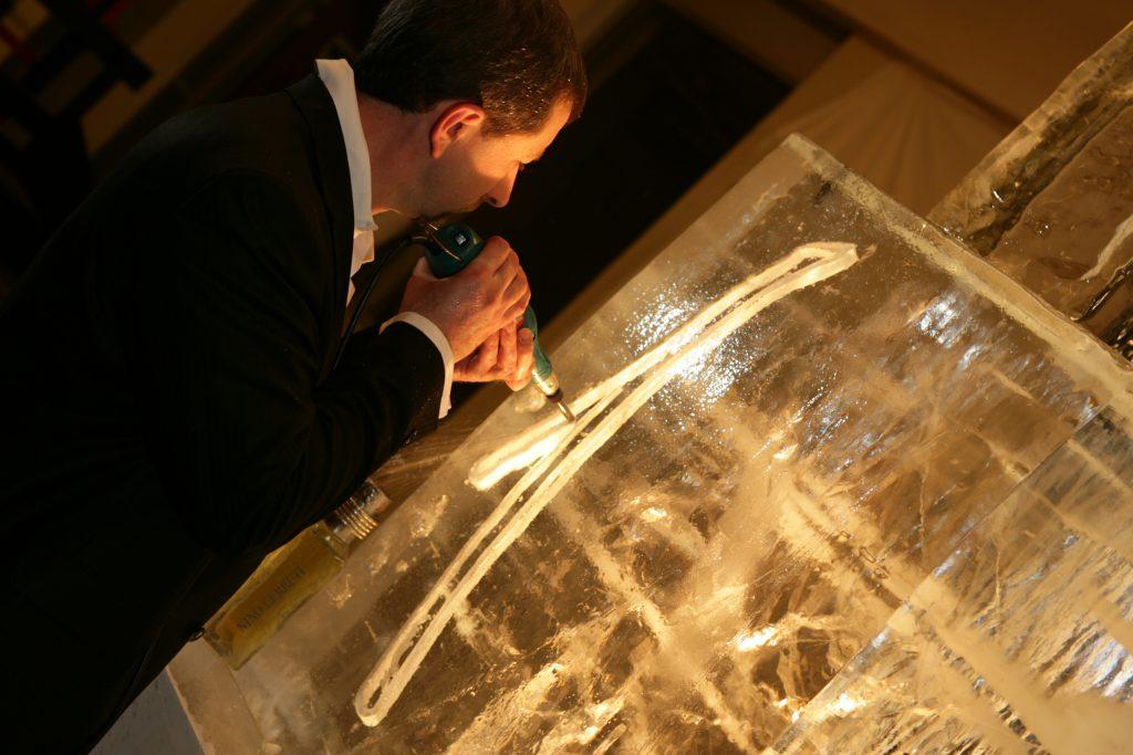 Sculpter sur glace le flacon de son parfum préféré